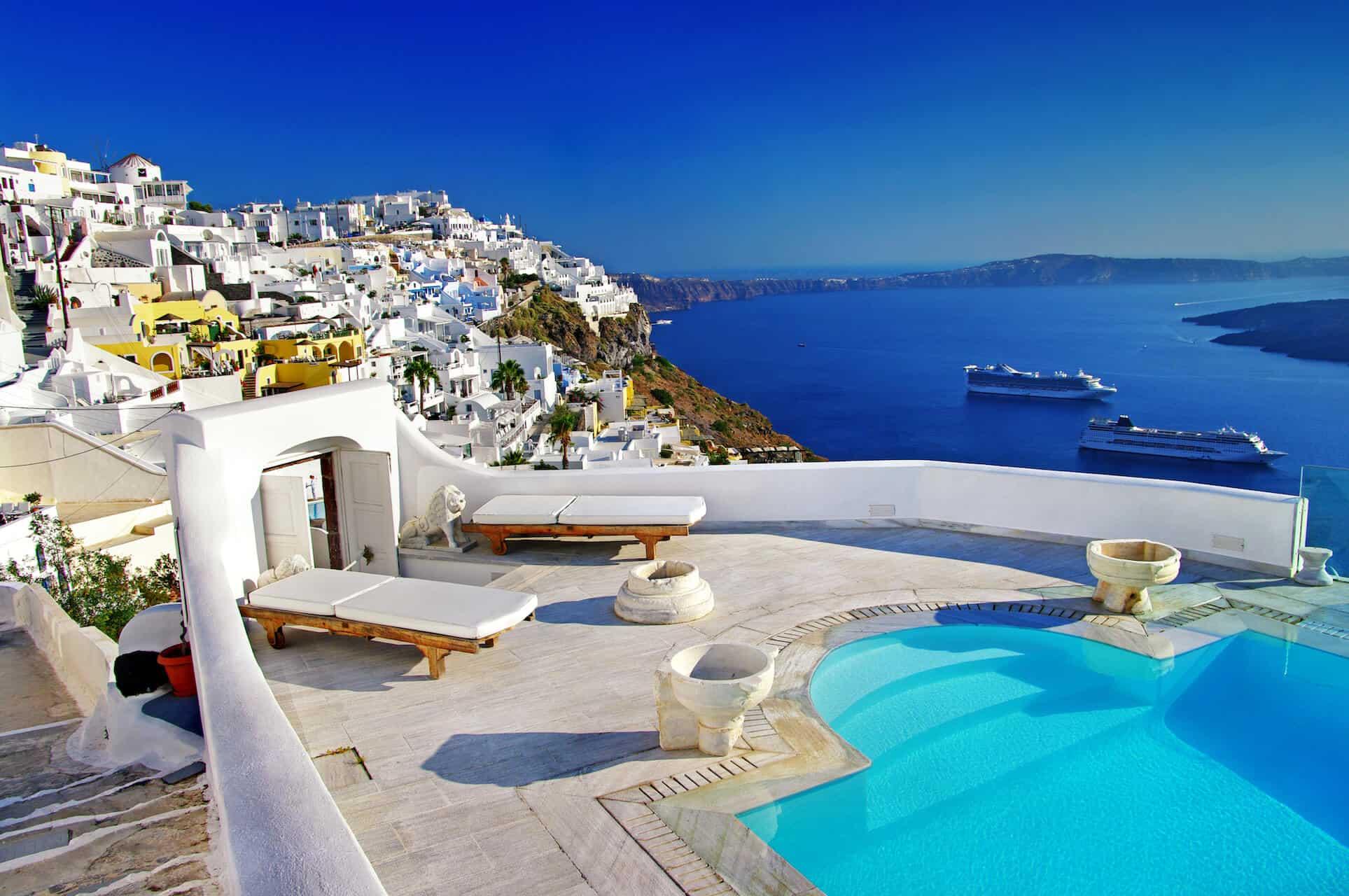 Romantický výhled z pokoje na krásném ostrově Santorini
