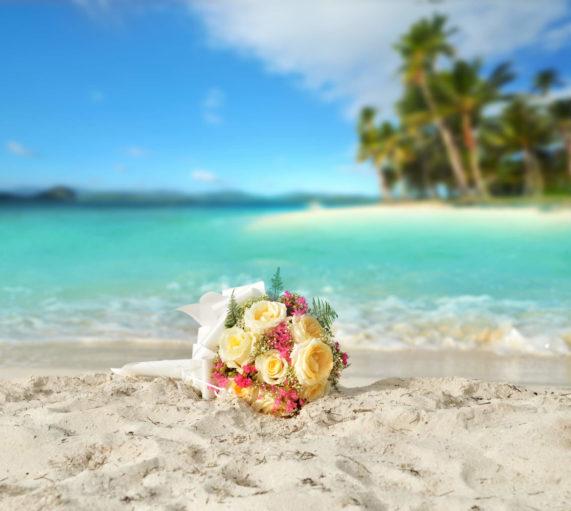 Svatební kytice růží na tropické pláži