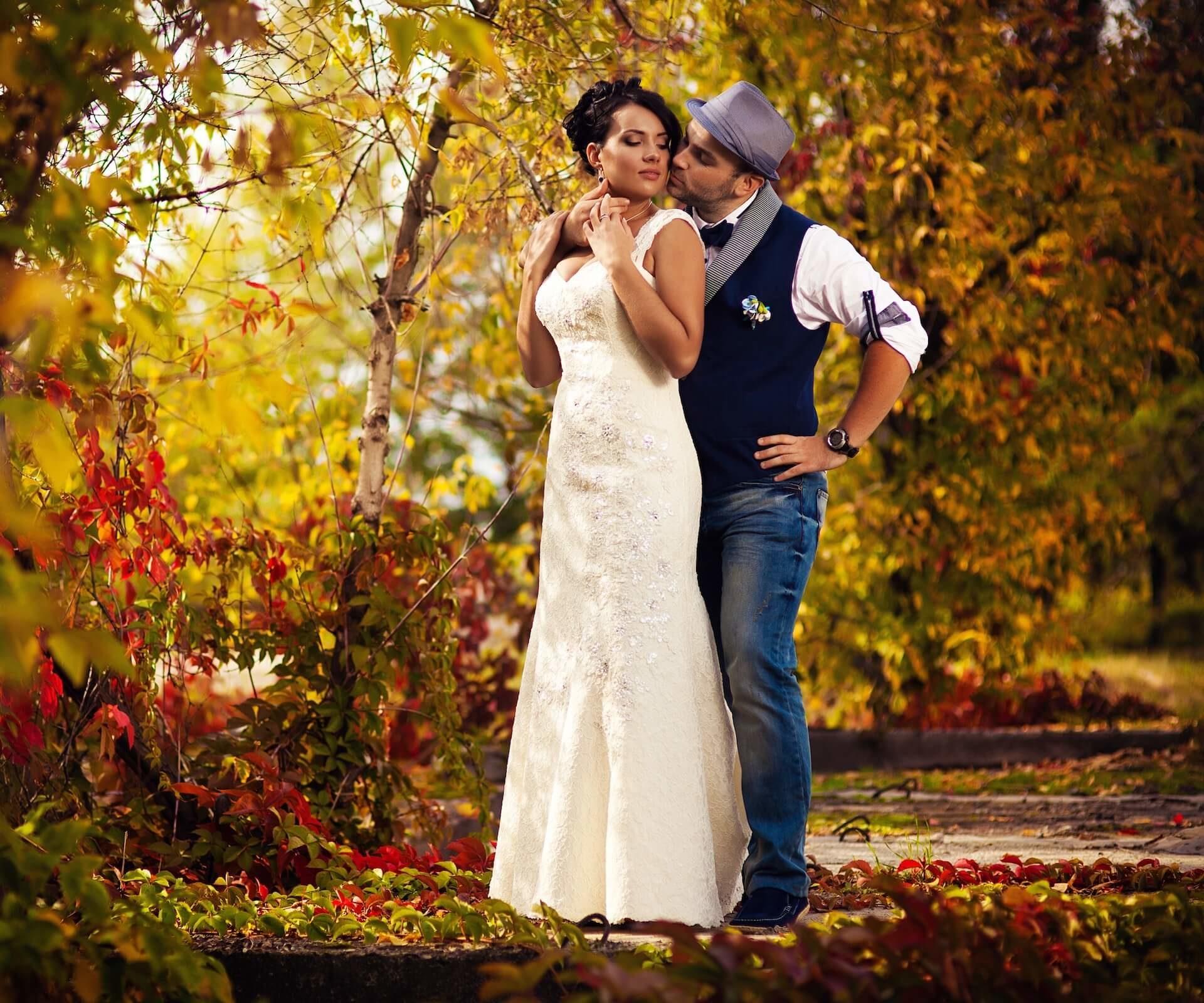 Svatební pár, podzimní svatba, focení v lese
