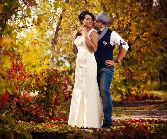 Svatební pár podzimní svatba, příroda, stromy, barvy