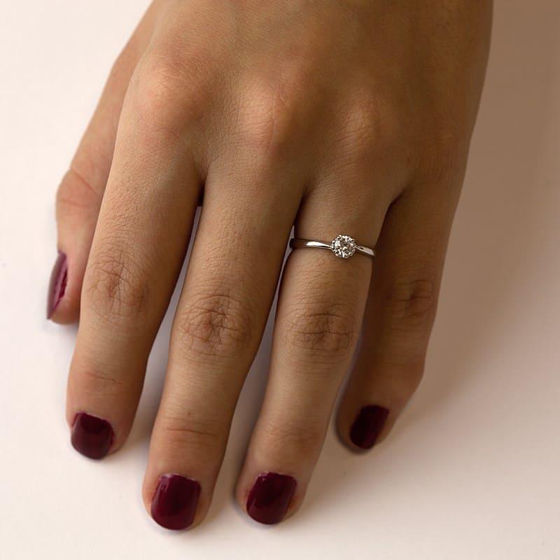 Zásnubní prstenHelios W Briliant z bílého zlata na ruce