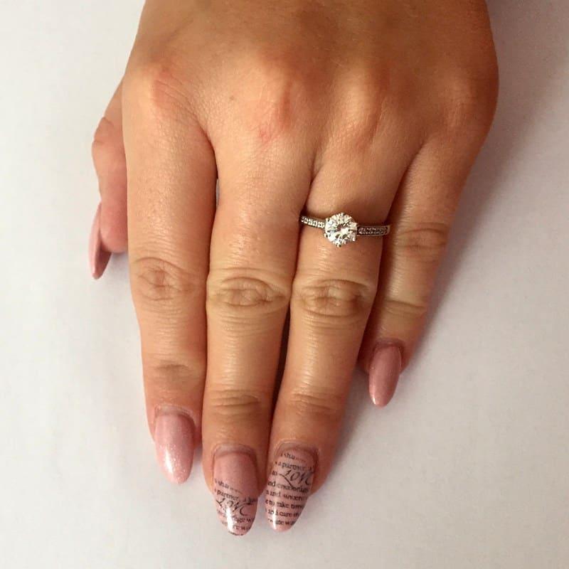 Zásnubní prsten Isisi White z bílého zlata na ruce