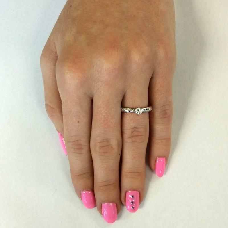 Luxusní zásnubní prsten Michaela W Briliant z bílého zlata na ruce