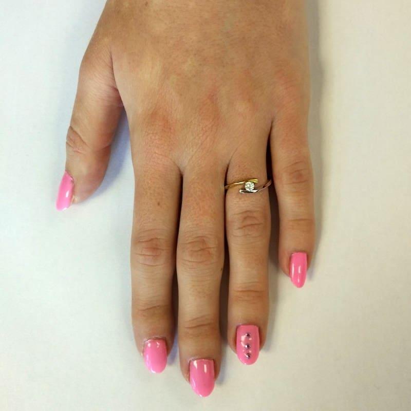 Luxusnízásnubní prsten Nuria Colour GW Briliant z bílého zlata na ruce