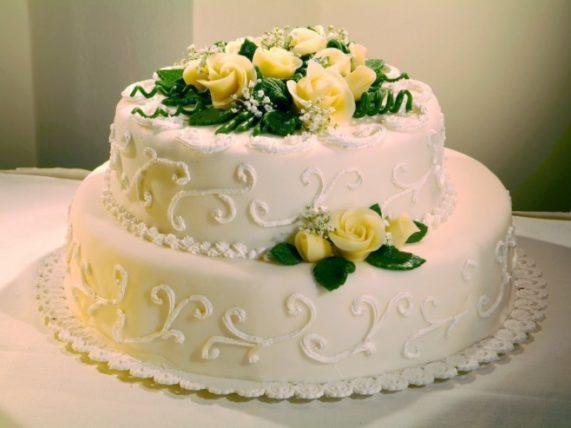 Svatební dort s madlovými růžičkami z Café Mozart