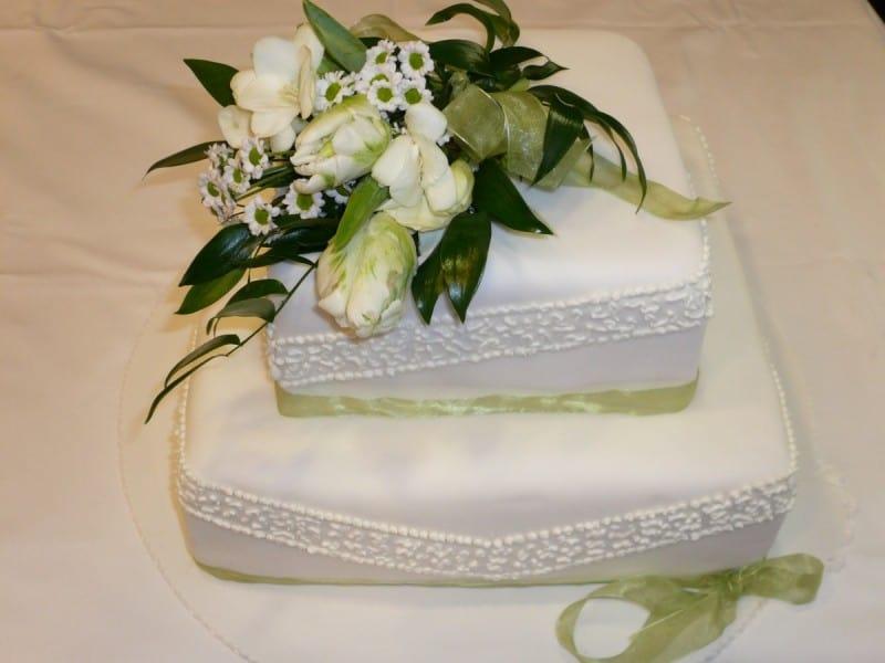 Svatební dort hranatý s marcipánovou košilkou z Café Mozart