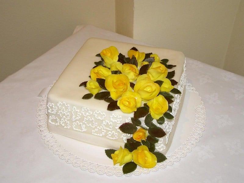 Svatební dort kostka - hranatý s marcipánovými růžemi z Café Mozart