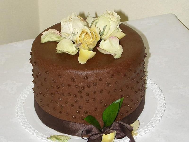 Svatební dort madlový se sušenými růžemi z Café Mozart