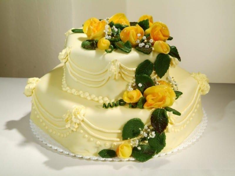Svatební dort šestihran se žlutými růžemi z Café Mozart