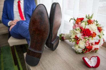 Snoubenec sedící s květinou a prstenem