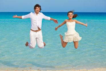 Výskok svatebního páru u moře