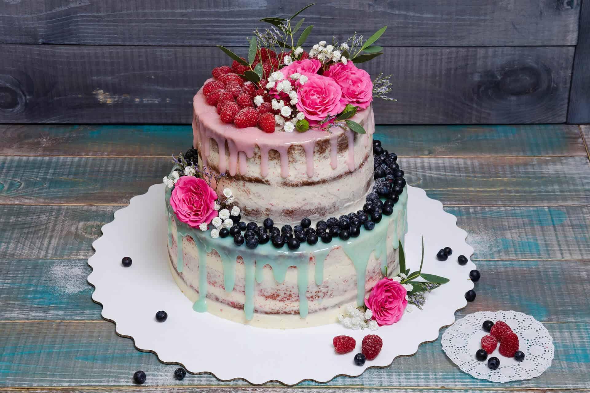 Svatební dort dvoupatrový, modro růžový s ovocem