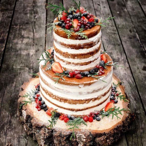 Svatební dort naháč s lesními plody