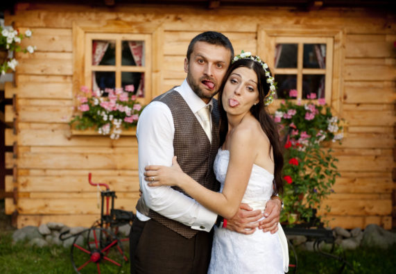 Svatební pár u roubené chaloupky