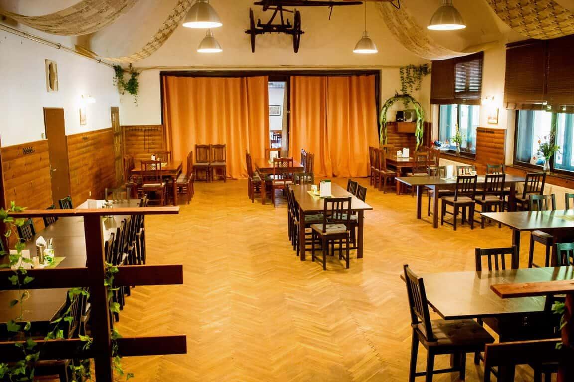 Restaurace Na Statku Jevany - velká restaurace s tanečním parketem