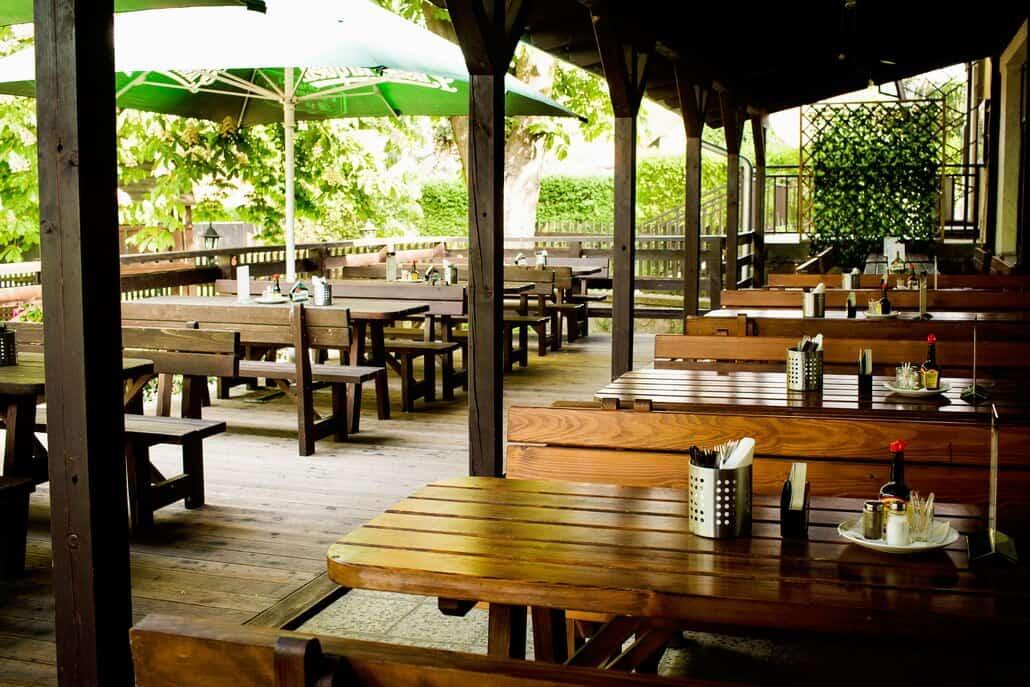 Restaurace Na Statku Jevany - zahrádka se slunečníky