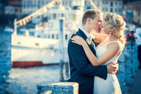 Svatba na lodi polibek velké foto