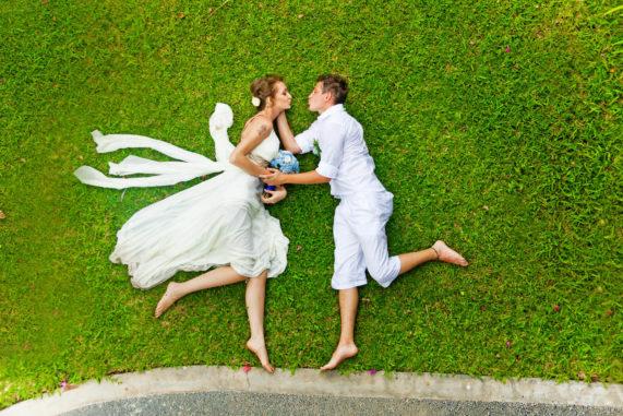 Svatební polibek na trávě jinak