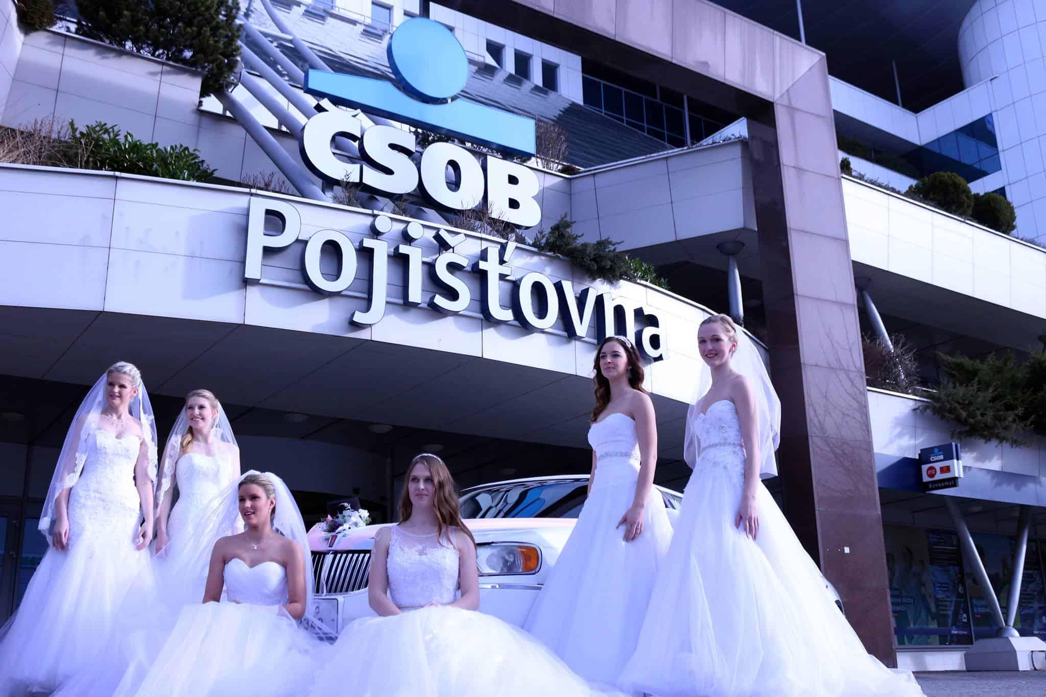 Svatební veletrh Pardubice - nevěsty před budovou