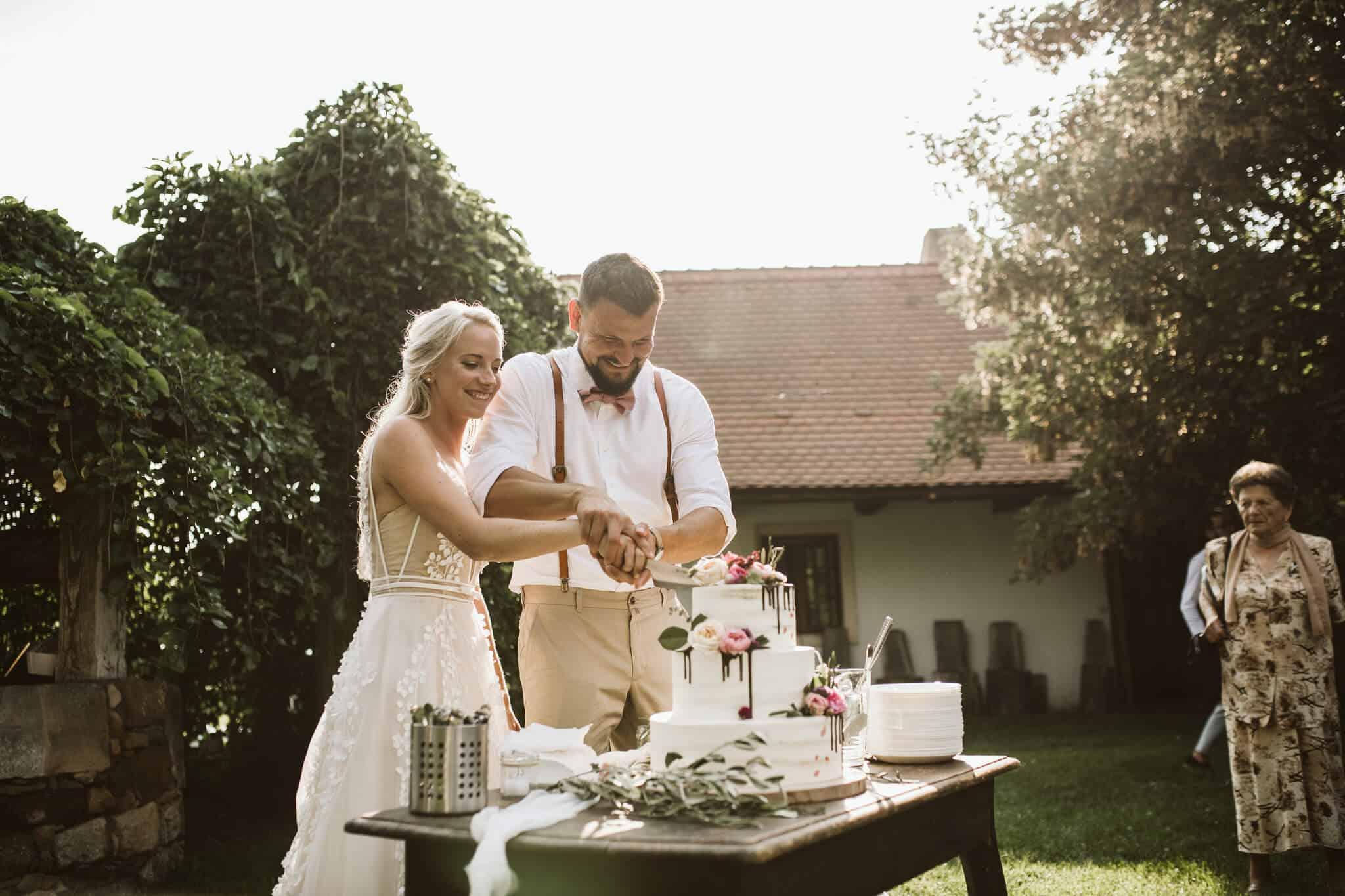 Caterings.cz - krájení svatebního dortu