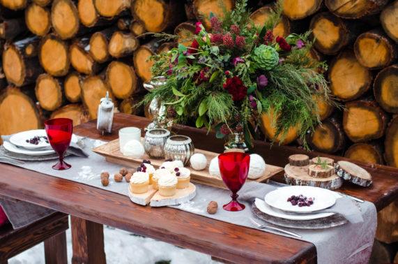 Běhoun na svatební stůl se zimní dekorací na pozadí dřevo