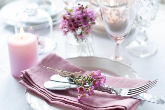 Látkový ubrousek na talíři s příborem v růžové