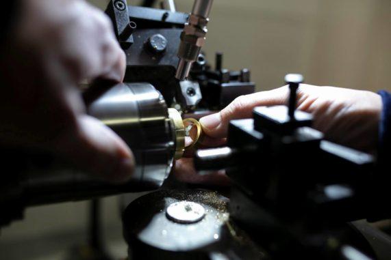 Pro výrobu prstenů používají klenotníci Bisaku nejmodernější nástroje