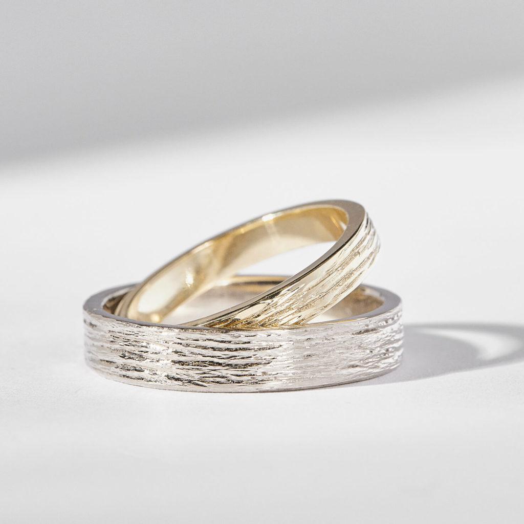 Snubní prsteny pár zlato žluté a bílé se strukturou zn. Klenota