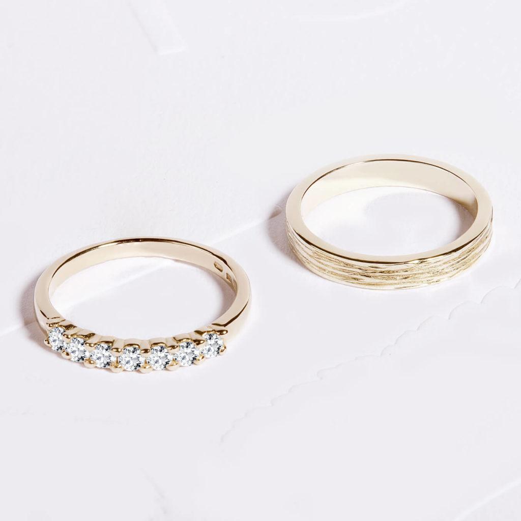 Snubní prsteny pár zlato žluté se strukturou a lesklé s diamanty zn. Klenota