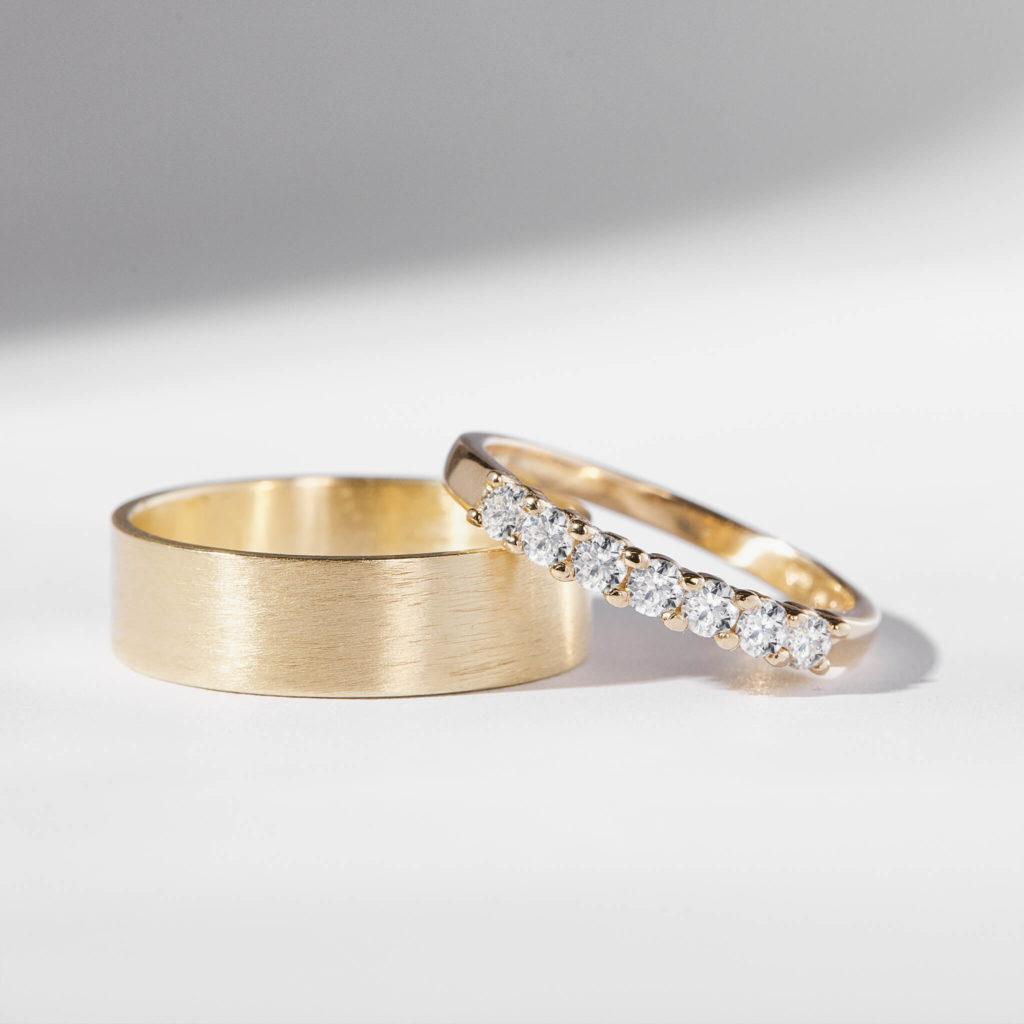 Snubní prsteny pár zlato žluté matné a lesklé s diamanty 5 zn. Klenota