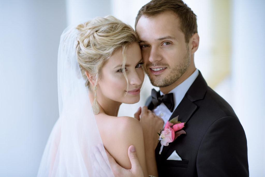 Svatební pár nevěsta naušnice kapka ženich černý motýlek