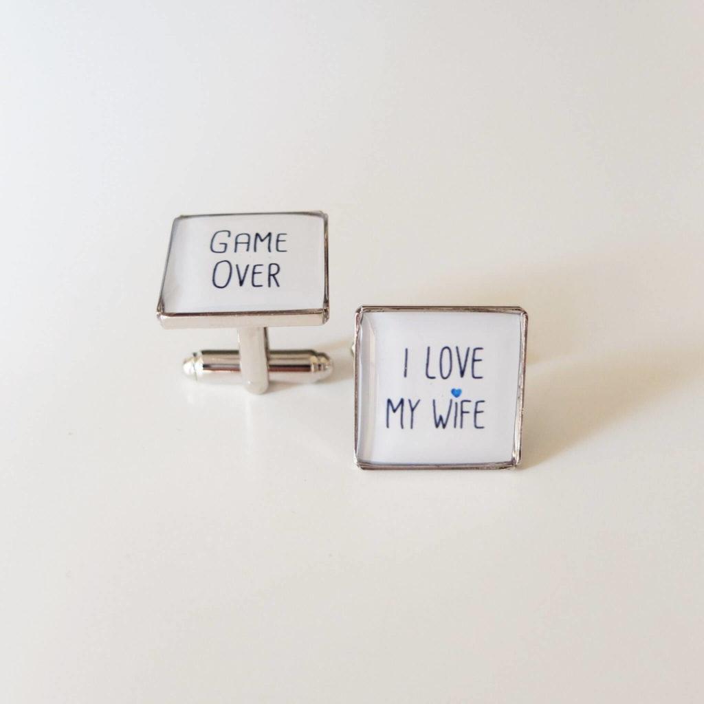 """Dárek na rozlučku se svobodou pro ženicha - knoflíčky """"game over, i love my wife"""""""