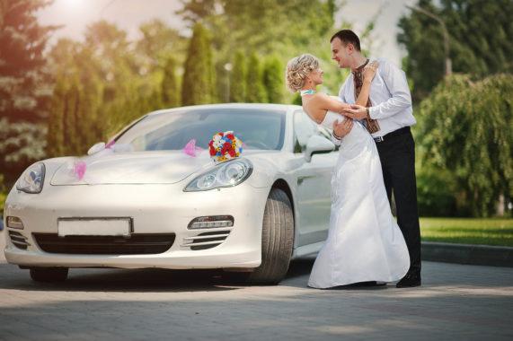 Svatební auto Porsche s kyticí