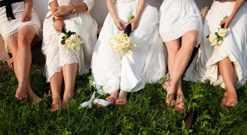 Nevěsta a družičky s kyticí v šatech bílé barvy