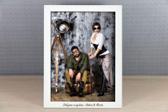 Bílý foto rámeček s gravírováním jako dárek pro hosty, rozměr 21x30 cm