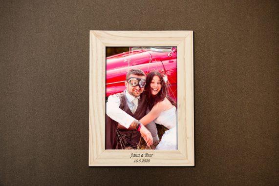 Dřevěný foto rámeček s gravírováním jako dárek pro hosty, rozměr 13x18 cm