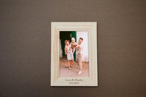 Dřevěný foto rámeček s gravírováním jako dárek pro hosty, rozměr 10x15 cm