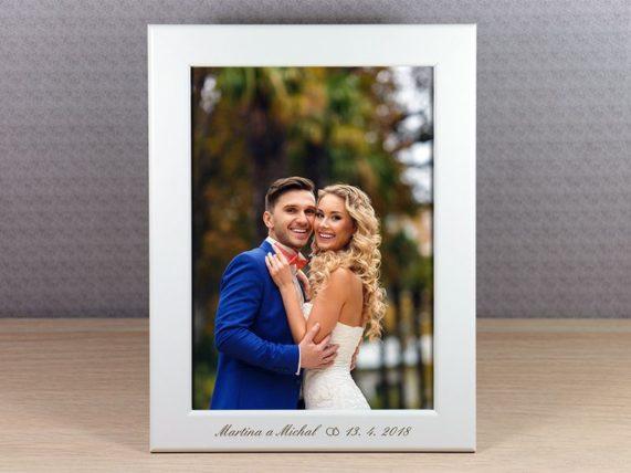 Bílý foto rámeček s gravírováním jako dárek pro hosty, rozměr 13x18 cm
