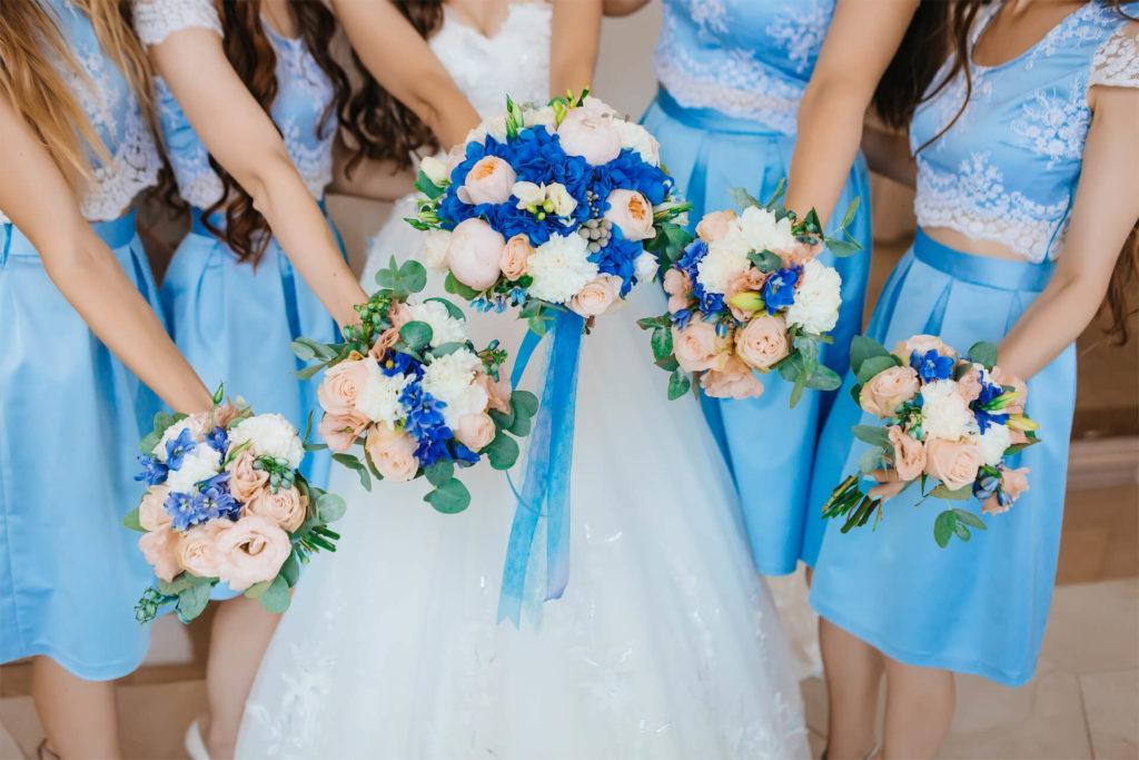 Svatební barevná inspirace v modré, kytice nevěsty a družiček