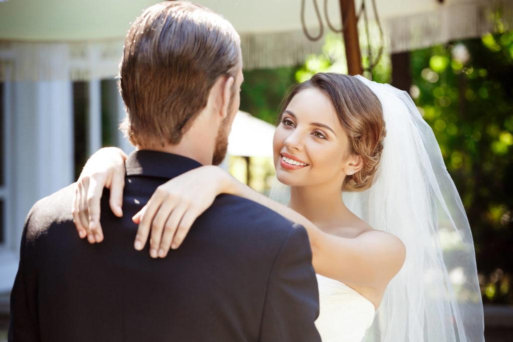 Zamilovaný svatební pár v objetí