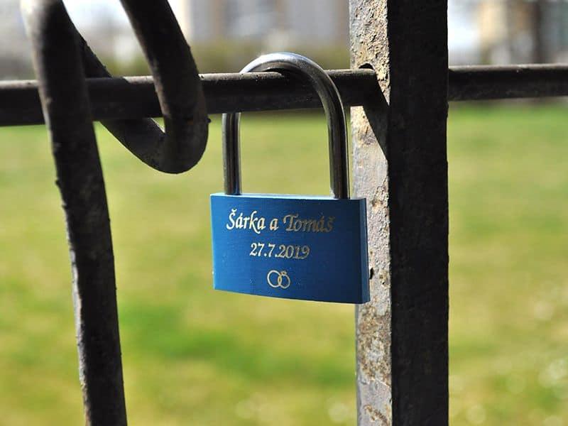 Zámek lásky na plotě s rytinou na přání - modrý
