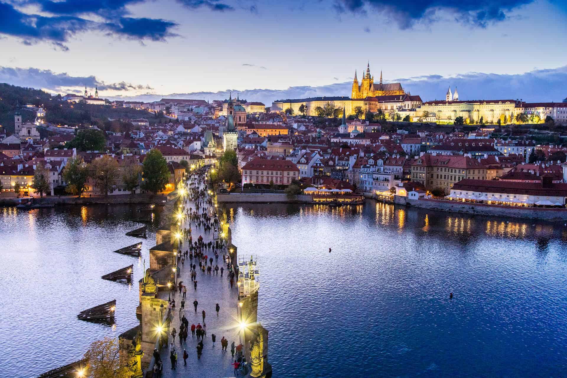 Svatba v Praze, pohled na Vltavu, Karlův most a Pražský hrad
