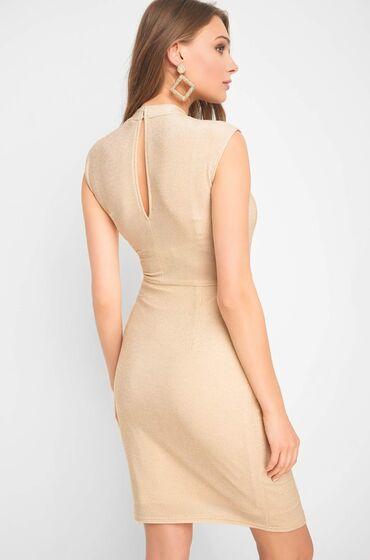 Béžové šaty bez rukávů z žerzejové látky se třpytivou nití - vzadu je slzička se zapínáním na dva knoflíky