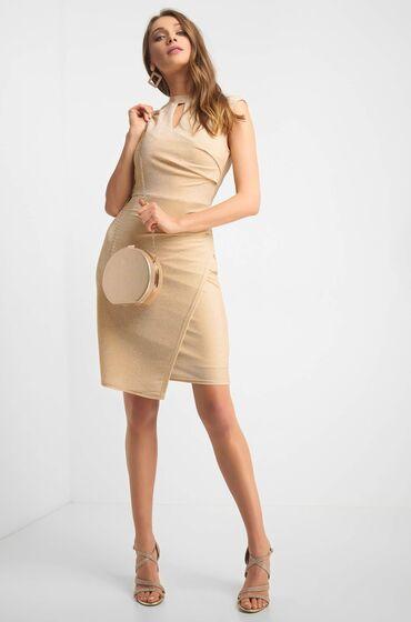 Béžové šaty bez rukávů z žerzejové látky se třpytivou nití - přední díl je zavinovací a sukně má asymetrický tvar