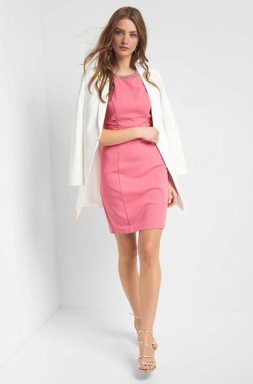 Krásné růžové přiléhavé šaty bez rukávů se zakulaceným výstřihem