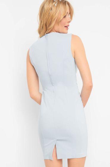 Modré šaty s ozdobným lemováním a lodičkovým výstřihem, který oživují perly a třpytivé kamínky