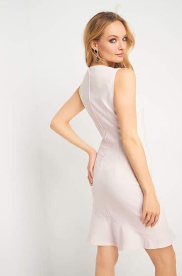 Béžové šaty s volánkem - lodičkový výstřih s našitými perlami a kamínky