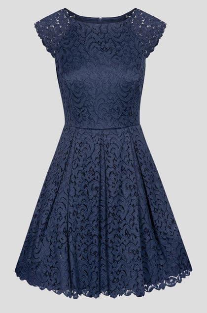 Volné krajkové šaty ze dvou druhů látek s krátkými rukávy a lodičkovým výstřihem, zapínání vzadu na zip