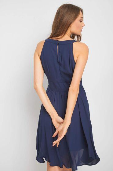 Modré šaty zn. Orsay s lodičkovým výstřihem z jemné látky s řasením a širším opaskem