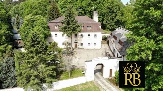 Hotel a Zámecká fara Vidžín - vstupní brána s logem